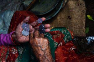 Človek držiaci mince